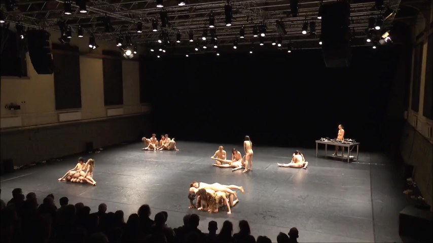 Bühne tanzen auf der nackt Fast nackt